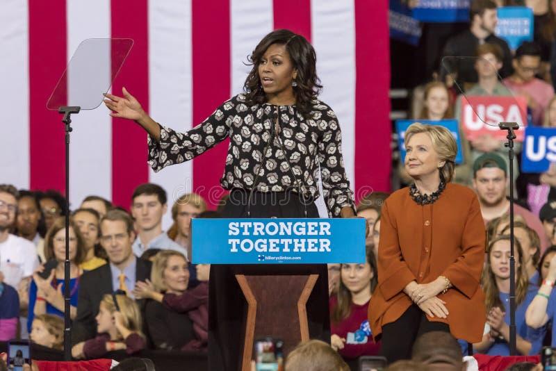 温斯顿萨兰姆, NC - 2016年10月27日:第一夫人米歇尔・奥巴马介绍民主党总统候选人希拉里・克林顿在a 图库摄影