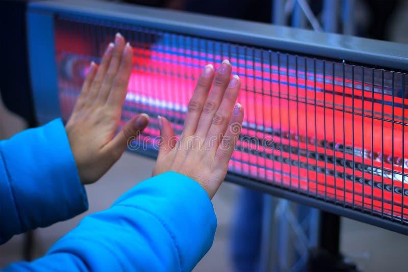 温暖与热化幅射器的手 库存照片