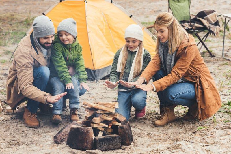 温暖与营火的家庭,当有旅行时 库存照片