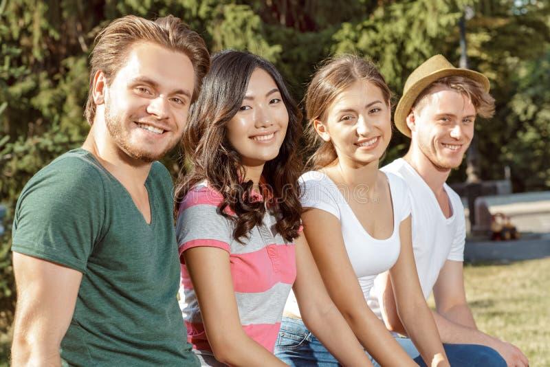 温暖地微笑入照相机的学生 免版税库存图片