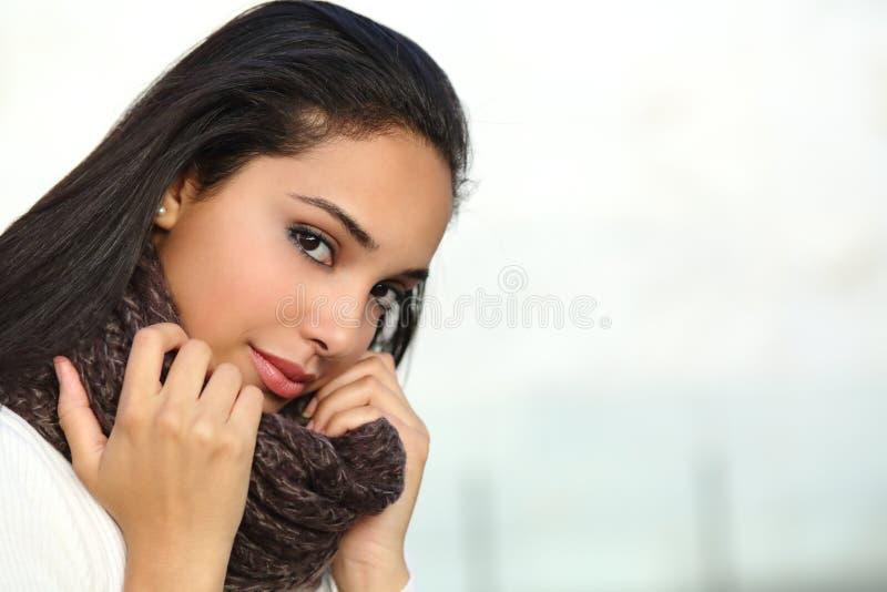温暖地穿衣的一张美丽的阿拉伯妇女面孔的画象 库存照片