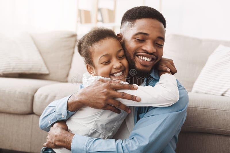 温暖拥抱 非洲充满爱的女儿拥抱的父亲 库存图片