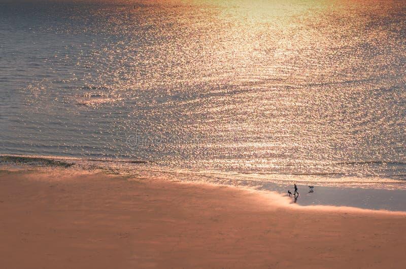 温暖的光淡光从日落的在海 免版税库存图片