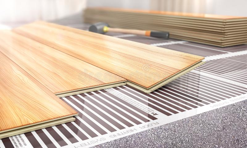 温暖的地板 在层压制品的地板下的红外地板采暖系统 免版税库存照片