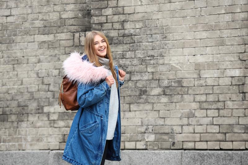 温暖的夹克的可爱的行家女孩有背包的 库存图片