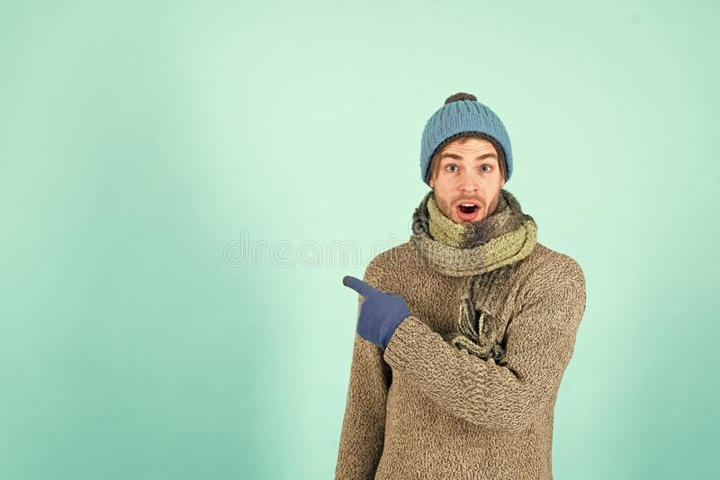 温暖的帽子的,毛线衣,围巾,时尚强壮男子 库存图片