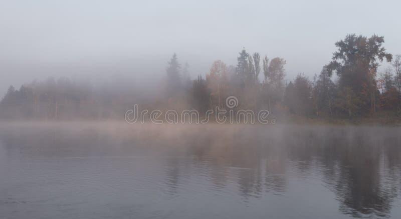 温暖的感觉,有薄雾的秋天早晨 图库摄影