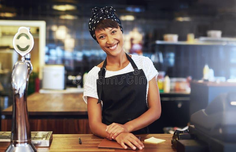 温暖的欢迎年轻企业家 免版税图库摄影