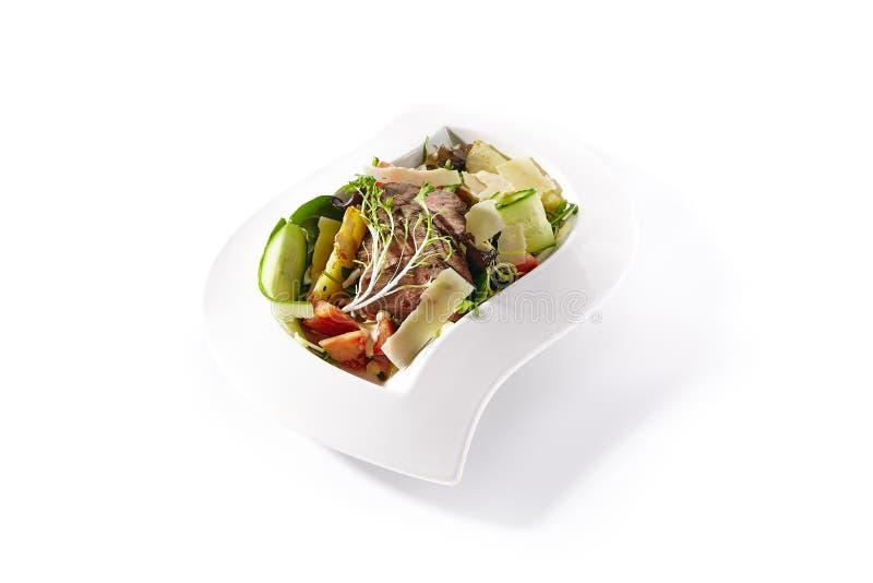 温暖的沙拉用烤牛肉、蕃茄、黄瓜和帕尔马干酪 免版税库存图片
