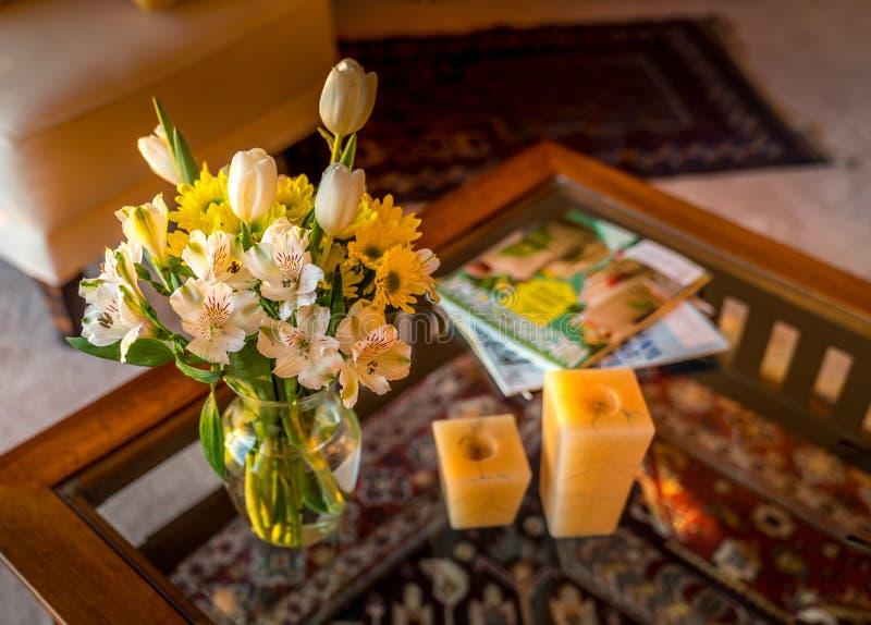 温暖的舒适客厅的室内设计概念 免版税图库摄影