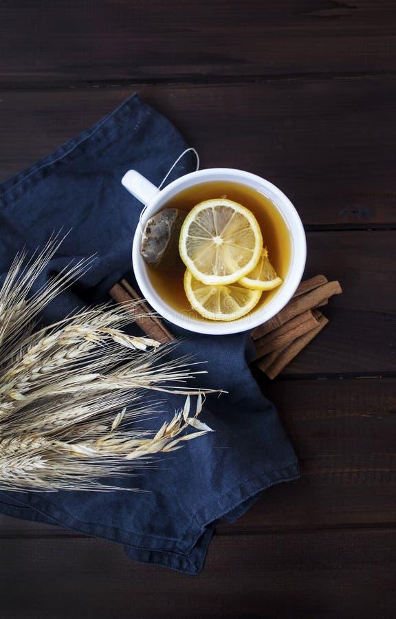 温暖的茶用柠檬和桂香 库存图片
