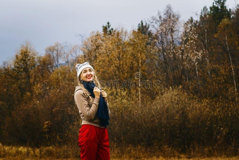 温暖的衣裳的妇女在秋天 免版税图库摄影