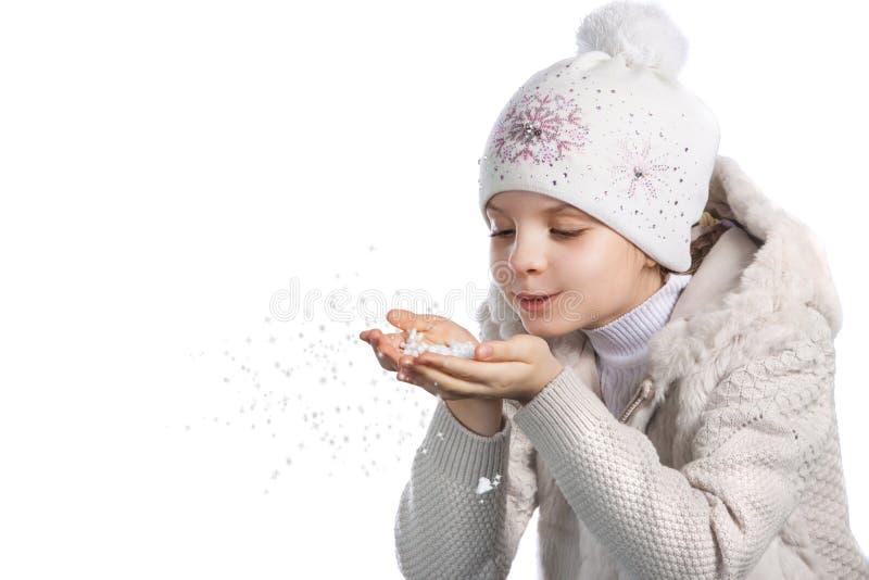 温暖的衣裳的逗人喜爱的小女孩在白色背景 免版税库存图片
