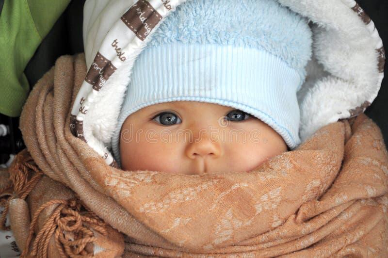 温暖的衣裳的婴孩在冷气候 库存照片
