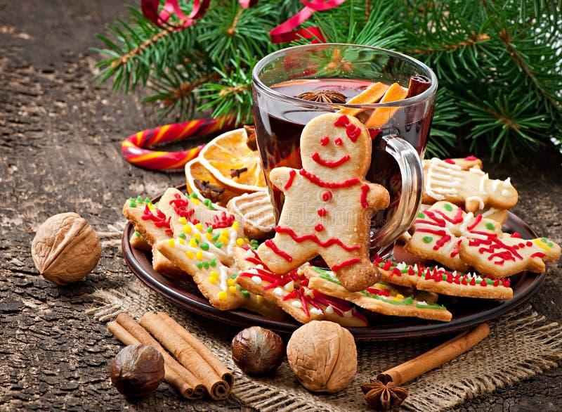 温暖的被仔细考虑的酒、香料和姜饼曲奇饼 免版税库存图片