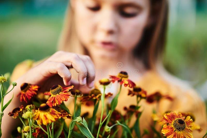 温暖的颜色花小女孩谈话讲手指 库存图片