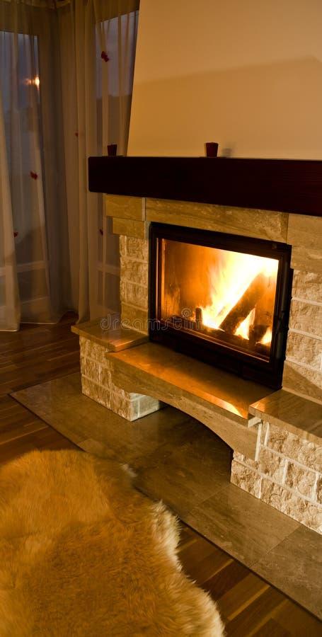 温暖舒适的壁炉 免版税库存照片