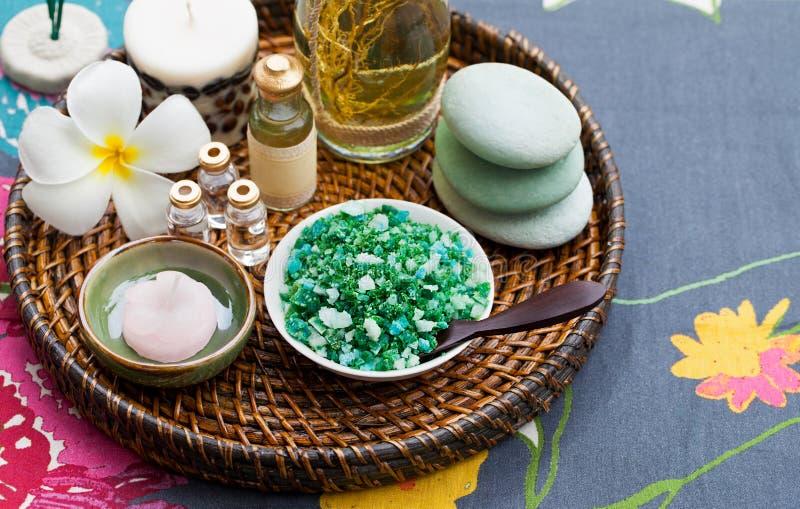 温泉、荒地关心、健康、按摩套精油,肥皂和海盐 灰色纺织品背景 r 免版税库存照片