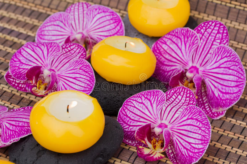 温泉与灼烧的蜡烛的疗法活动 免版税库存图片