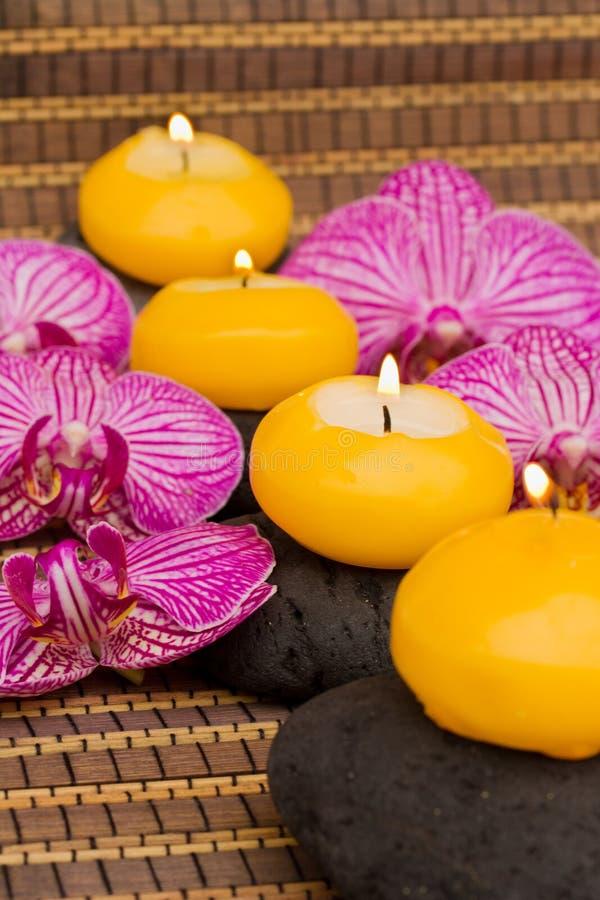 温泉与灼烧的蜡烛的疗法活动 库存照片