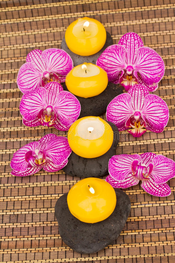 温泉与灼烧的蜡烛的疗法活动 图库摄影
