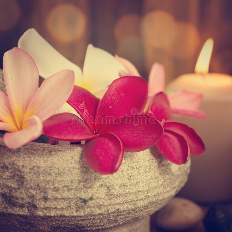 温泉与芳香蜡烛的静物画设置 免版税图库摄影