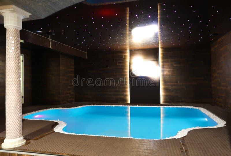 温泉中心内部与水池的 免版税库存照片