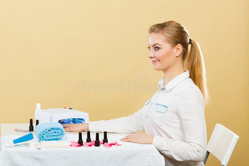 温泉健康沙龙的微笑的妇女 免版税库存照片