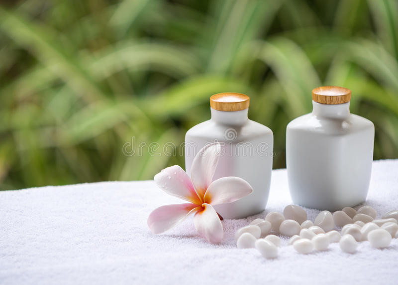 温泉和健康设置与自然肥皂、石头和毛巾在绿色背景 库存图片