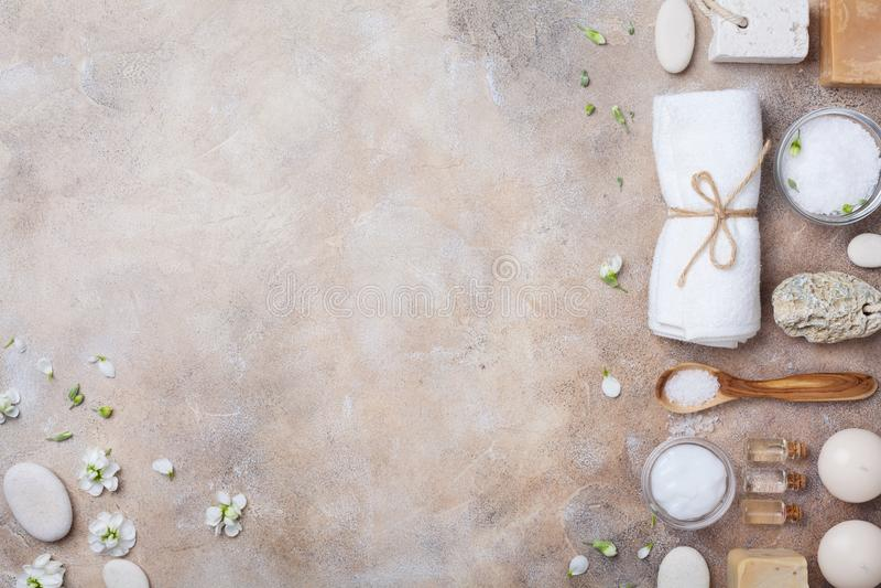 温泉和秀丽概念性石背景从手工制造身体关心和芳香疗法供应装饰的花 顶视图 平的位置 库存图片
