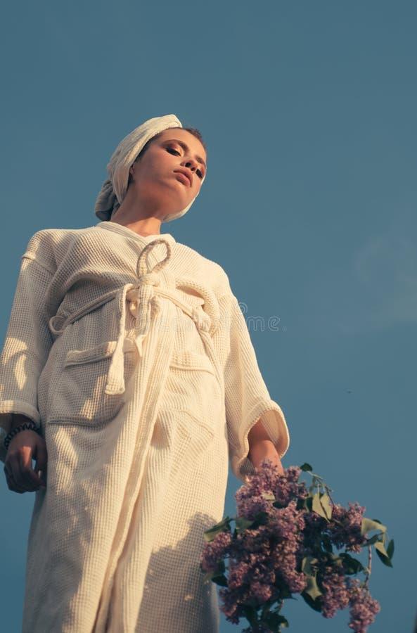 温泉女孩 在头的俏丽的女服毛巾 沐浴的褂子年轻女人 在温泉浴以后的Skincare模型 beauvoir 库存照片
