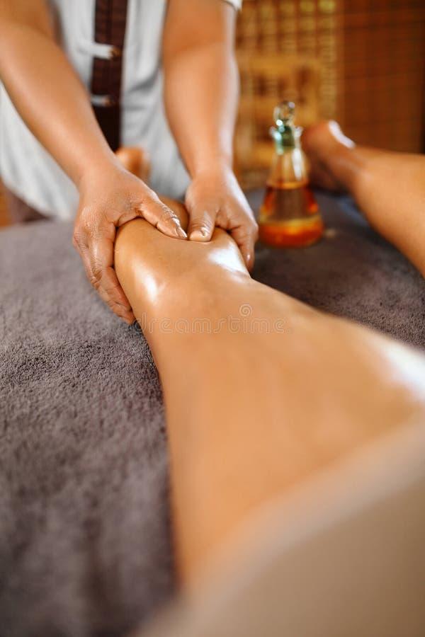 温泉妇女 油腿按摩疗法,治疗 身体护肤 库存照片