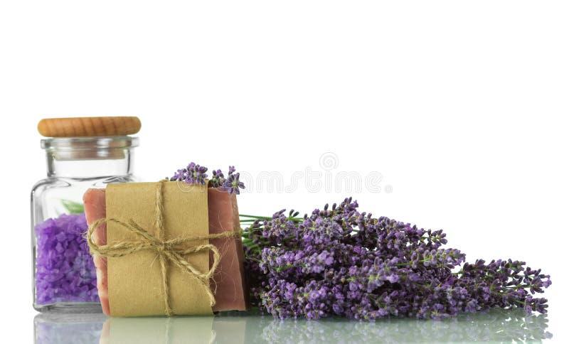 温泉成套工具 盐、手工制造在白色隔绝的淡紫色肥皂和新分支 库存图片