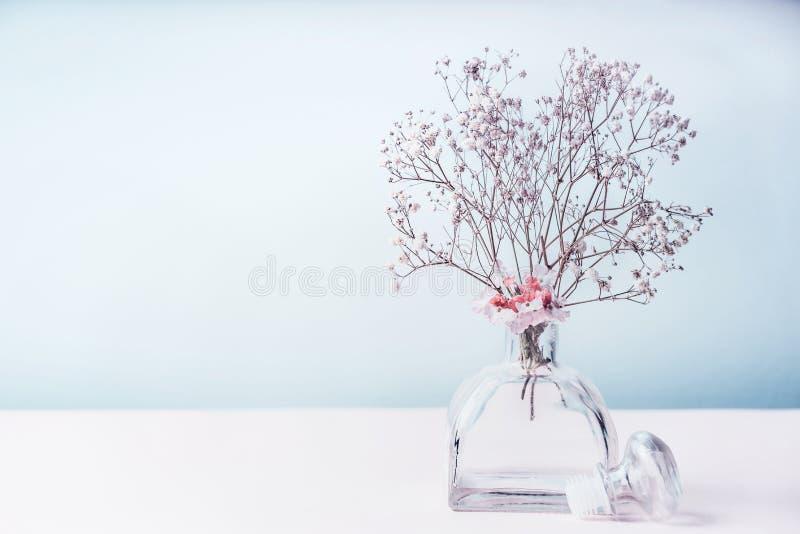 温泉或健康背景与芳香疗法,花卉精油空气清新剂在淡色 免版税库存图片