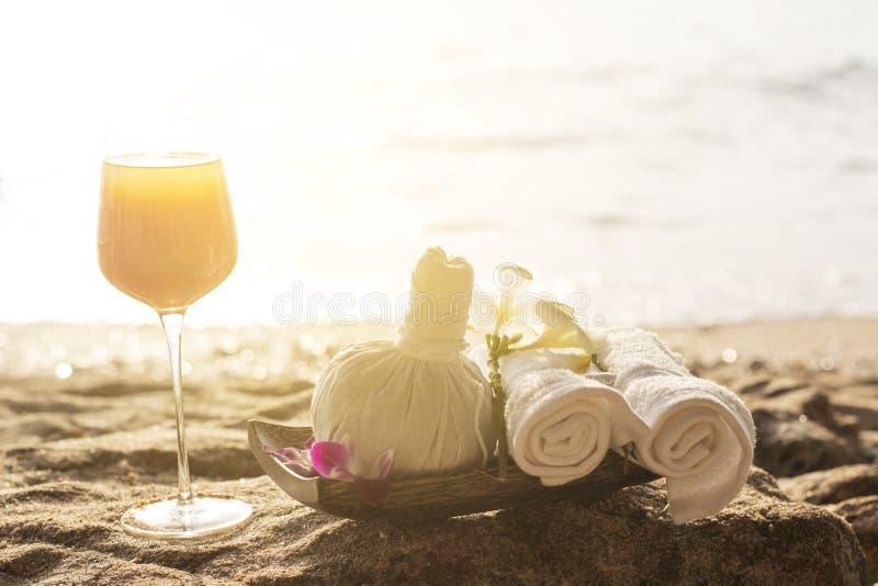 温泉投入在海滩的成套工具集合和汽水 免版税库存照片
