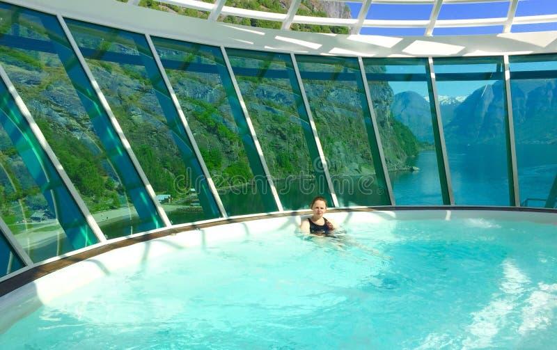 温泉极可意浴缸的挪威妇女 免版税图库摄影