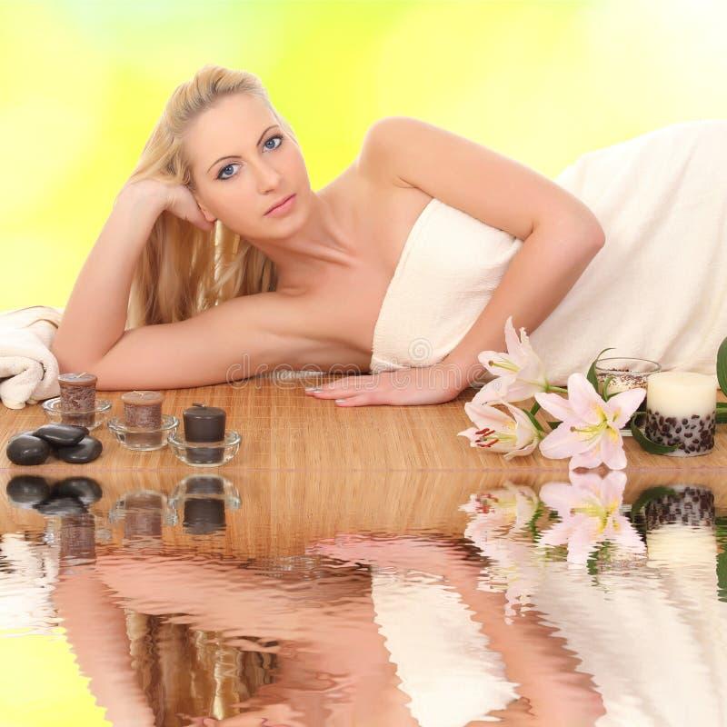 温泉沙龙的图片美丽的妇女 免版税库存照片