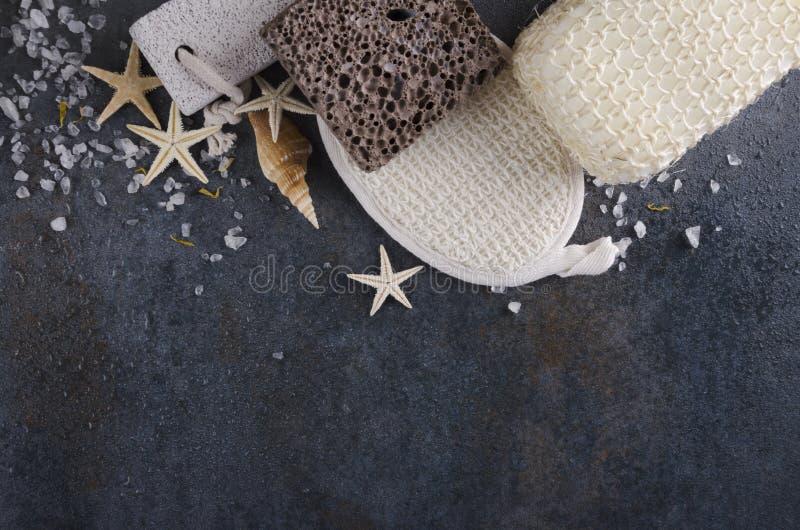 温泉治疗,身体的海绵的概念与轻石的 浴工具顶视图,文本的空的空间 库存图片