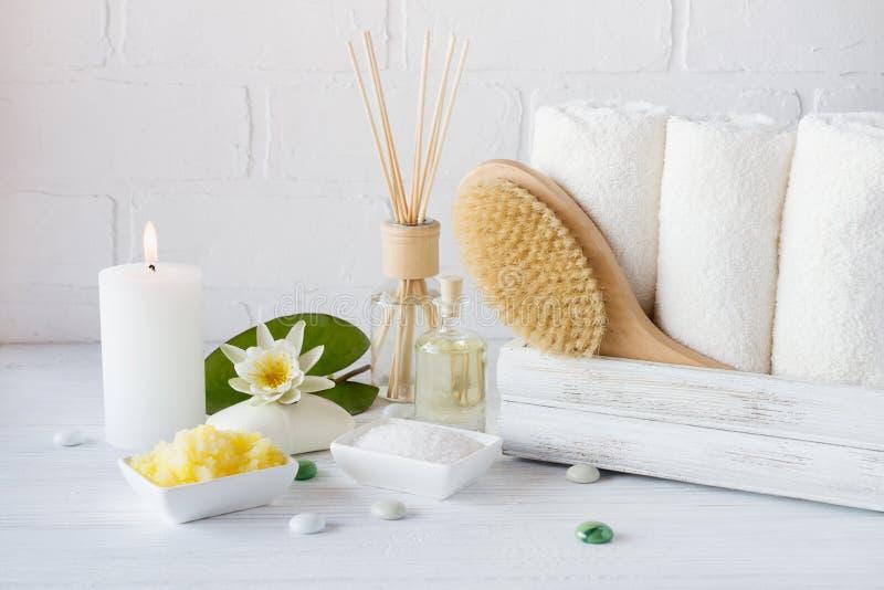 温泉治疗-毛巾芳香肥皂、腌制槽用食盐和油和辅助部件按摩的 库存照片