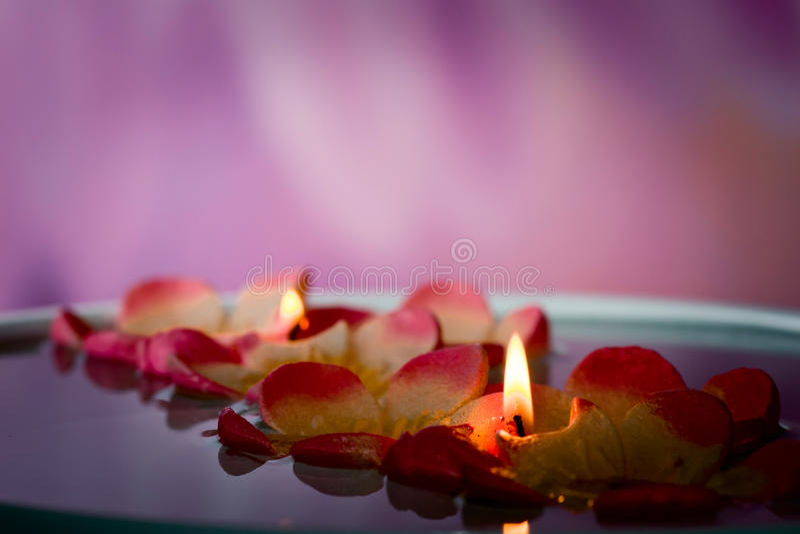 温泉浮动的蜡烛 库存图片