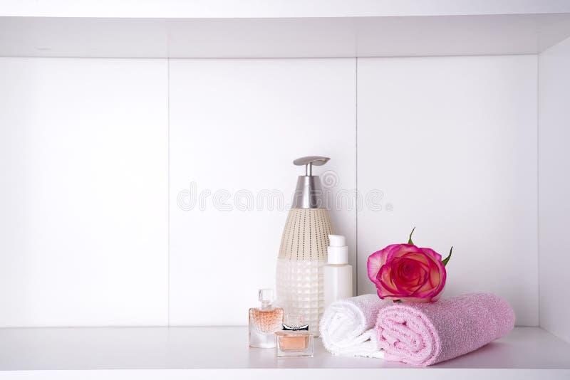 温泉浴化妆用品和花玫瑰,在白色 Dayspa自然产品 库存照片