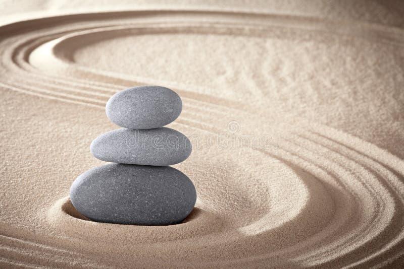 温泉禅宗凝思向背景扔石头 免版税图库摄影