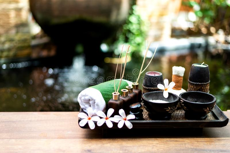 温泉秀丽和芳香疗法产品的身体治疗女性脚和手温泉的放松和健康关心, 库存图片