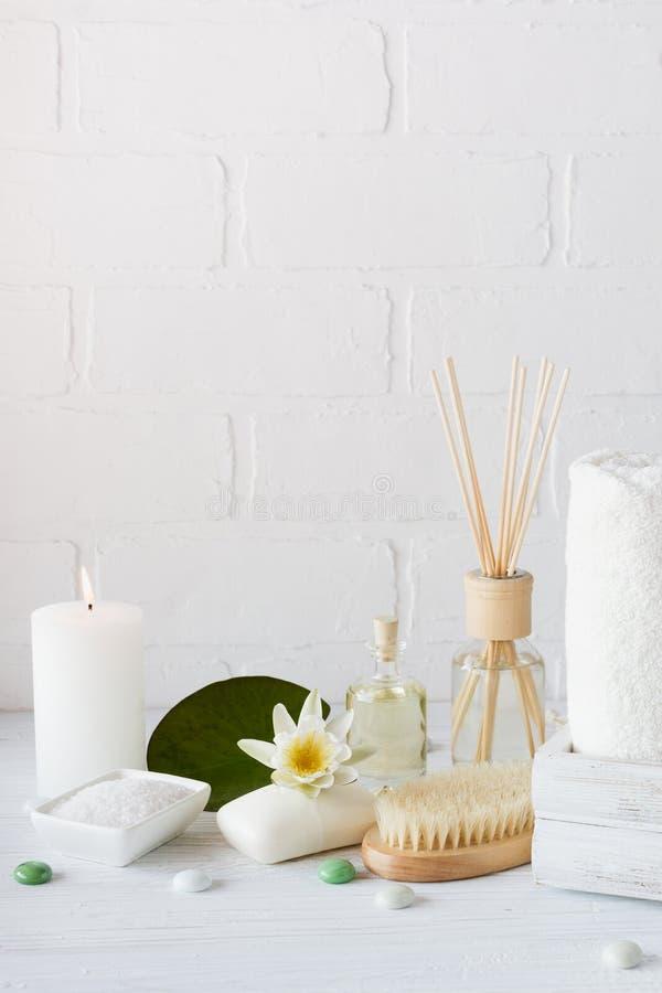 温泉设置和医疗保健项目,机油,肥皂,蜡烛,毛巾 免版税库存图片