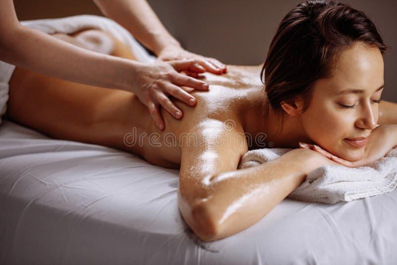 温泉身体按摩治疗 妇女有按摩在温泉沙龙 库存图片