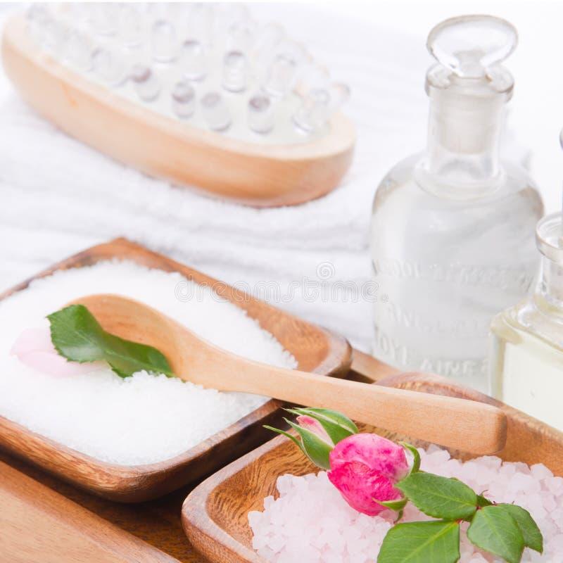 温泉集合与在桃红色和白色上升了与腌制槽用食盐 免版税库存图片