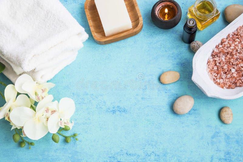 温泉集合框架woth兰花、毛巾、海盐、肥皂、蜂蜜和cand 免版税库存图片