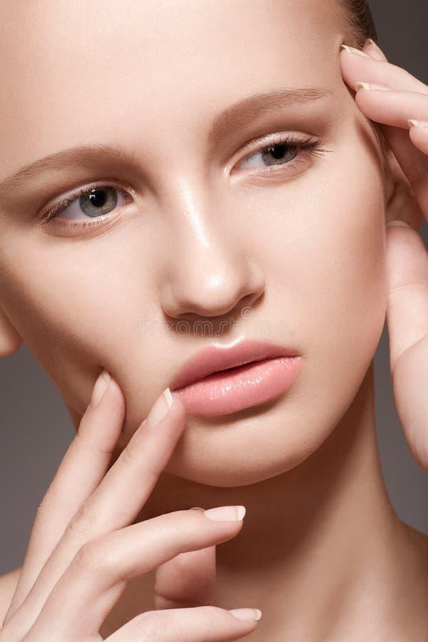 温泉, skincare秀丽。 与干净的皮肤的模型表面 免版税库存照片