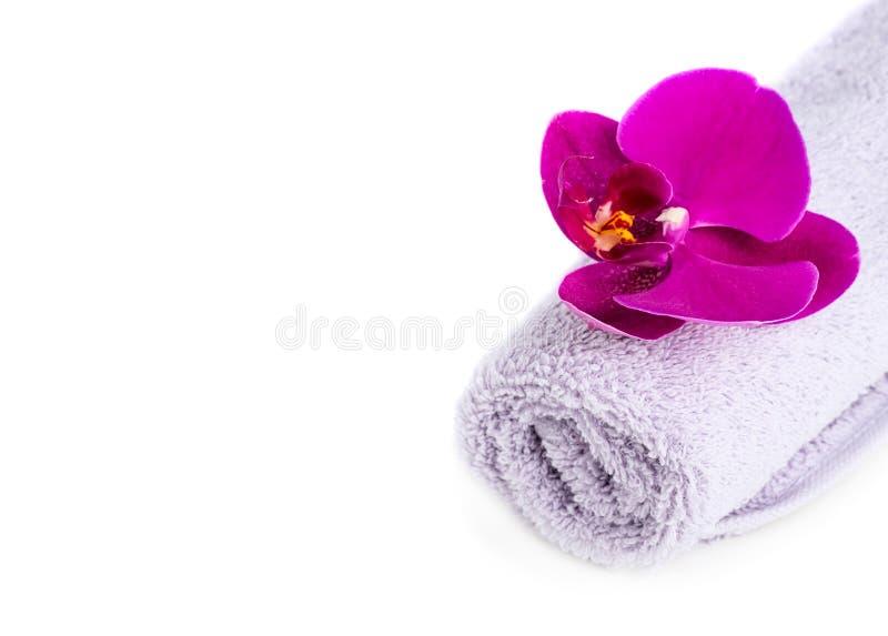 温泉:毛巾和兰花 免版税库存照片