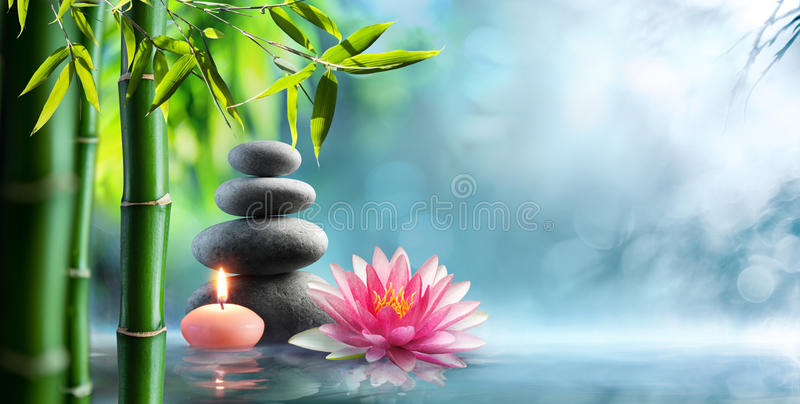 温泉-与按摩石头和Waterlily的自然供选择的疗法 免版税库存图片